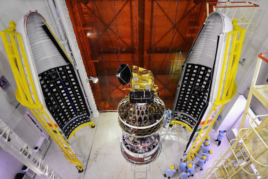 ScatSat-1 помещается в головной обтекатель. (Credit: ISRO)