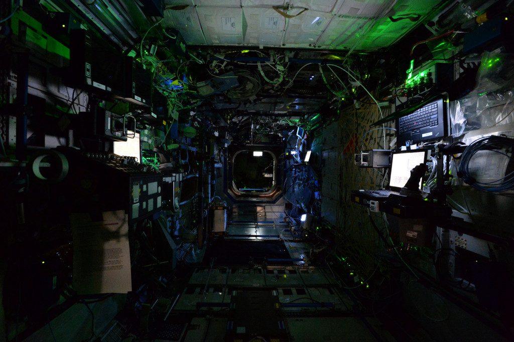 """МКС """"ночью"""", когда члены экипажа спят. (Credits: ESA/NASA)"""