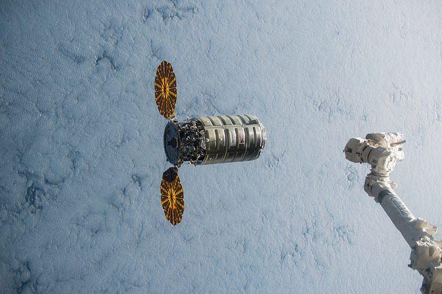 Cygnus перед захватом манипулятором Canadarm 2. 09 декабря 2015. (Credit: NASA)